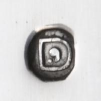 Zilver jaarletter D van 1913 met een komma en een punt